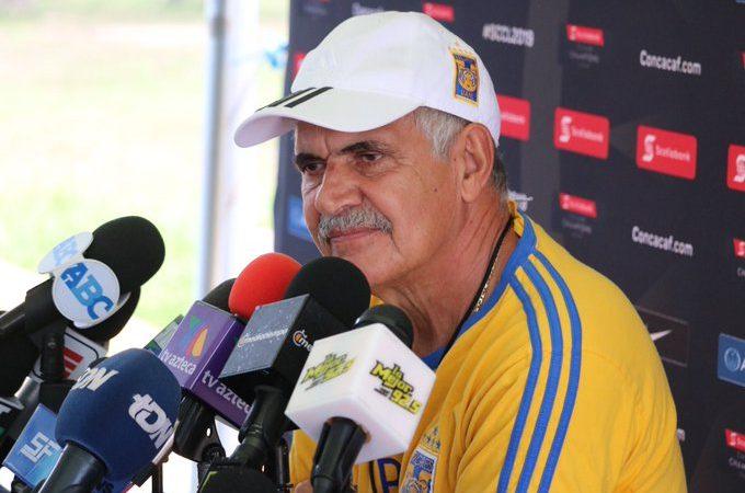 """Tuca"" Ferretti se niega a hablar en conferencia de prensa"