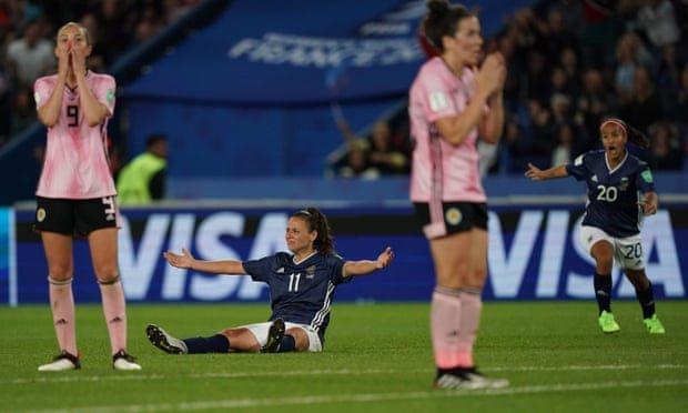 Inglaterra triunfa y Argentina rescata un empate en el Mundial Femenil