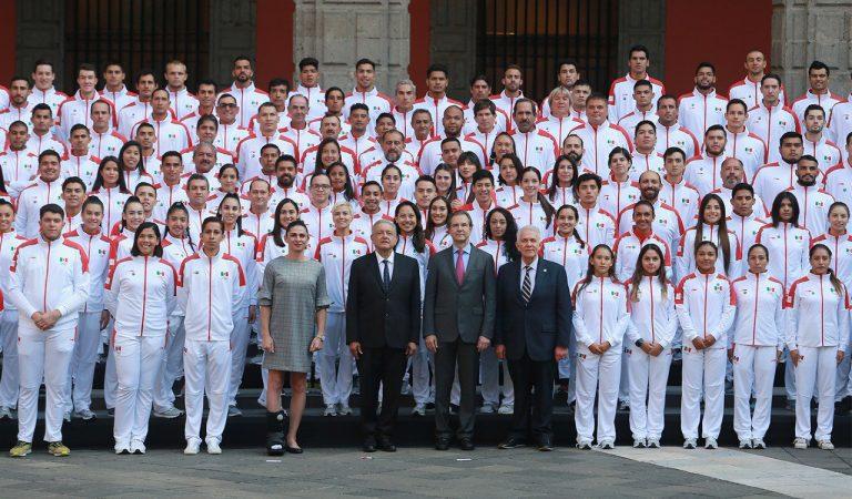 Andrés Manuel López Obrador abanderó a la delegación mexicana rumbo a los Juegos Panamericanos