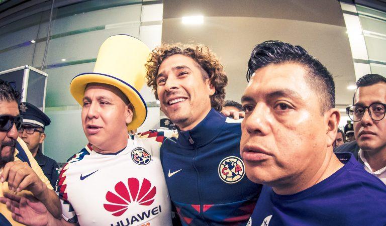 Guillermo Ochoa fue recibido como ídolo en el Aeropuerto de la CDMX