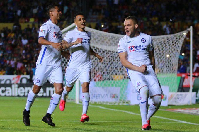 Cruz Azul sufre pero gana ante Monarcas y Puebla saca 3 puntos de la frontera
