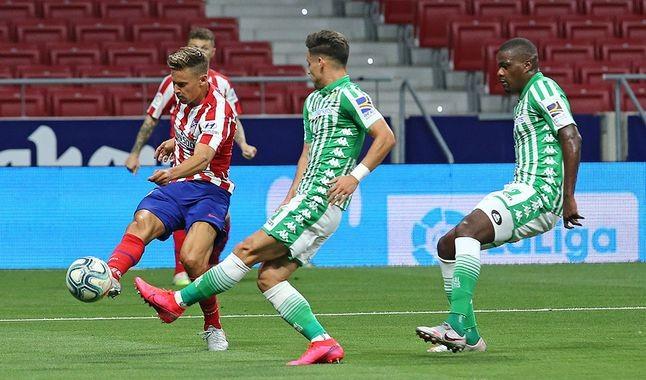 Andrés Guardado sale lesionado en la derrota de Betis contra Atlético