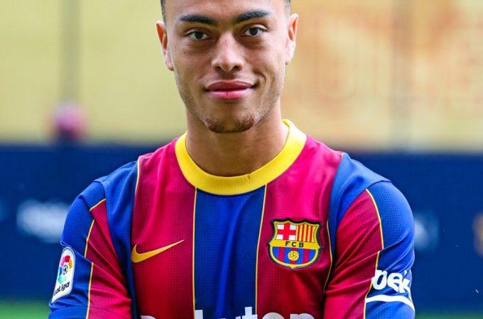 Sergiño Dest fue presentado con el Barcelona de manera oficial