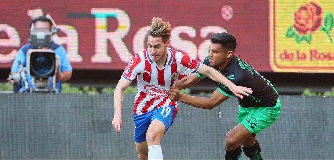 Con golazo de Jesús Angulo, Chivas rescató el empate de local ante Santos Laguna
