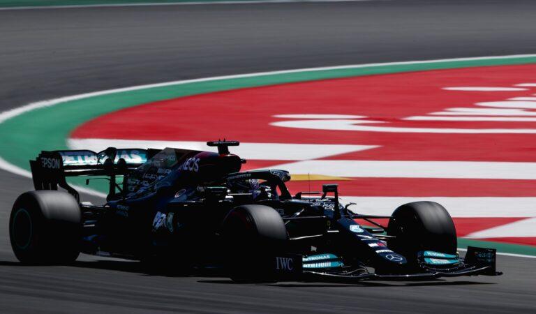 """Lewis Hamilton y Mercedes le ganan la partida a Red Bull en España; """"Checo"""" escala al quinto puesto"""