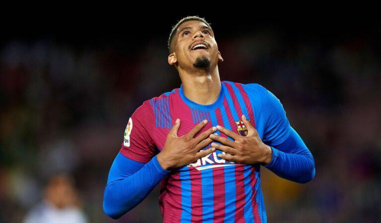 Ronald Araujo le da el empate al Barcelona en los últimos minutos sobre Granada